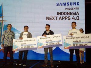 Tiyan (tengah) programmer asal Tuban, dalam deretan para pemenang Indonesia Next Apps 4.0 (INA 4.0) kategori Samsung SDK Challenge.
